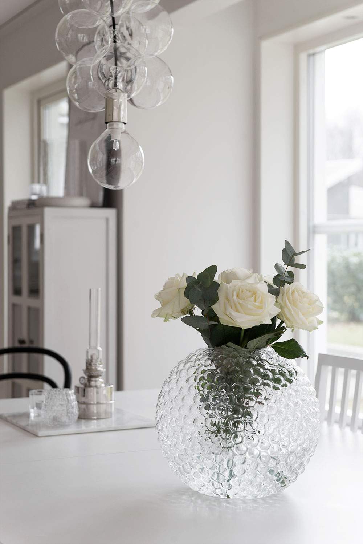 Lampa från House Doctor och vas från Svenskt Tenn.