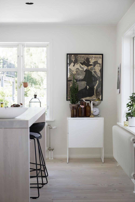 Frida och André har jobbat med olika höjder i köket för att skapa ett djup i rummet. Den upphöjda bänkskivan används som frukosthörna. Barstolar About a Stool från Hay. Sideboard Muddus från IKEA. Tavlan har tillhört Fridas mormor. Radiatorer från Lenhovda Radiatorfabrik.