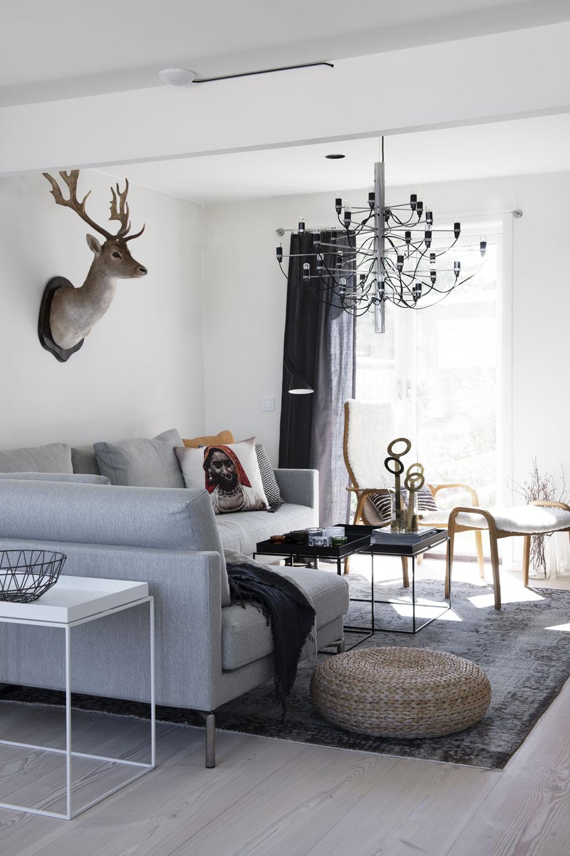 När paret köpte nya möbler valde de att satsa mycket på hållbara designklassiker. Stora rumsindelande mattor är också en viktig grundsten i Fridas inredning, den här kommer från Massimo. Soffa Plano från Eilersen. Kuddar från The Home Company. Sideboard och soffbord Tray Table från Hay. På bordet står en vas från Klong. Hjorthuvudet är en av Fridas pappas jakttroféer. Sittpuff Alseda från IKEA. Fåtölj Lamino, design Yngve Ekström för Swedese. Taklampa 2097-30/50 från Flos.