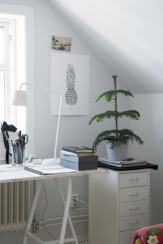Egentillverkat skrivbord med ben Lerberg från IKEA. Lådhurts Helmer från IKEA. Ananas-postern är Fridas egen design. Skrivbordslampa Tisdag från IKEA.