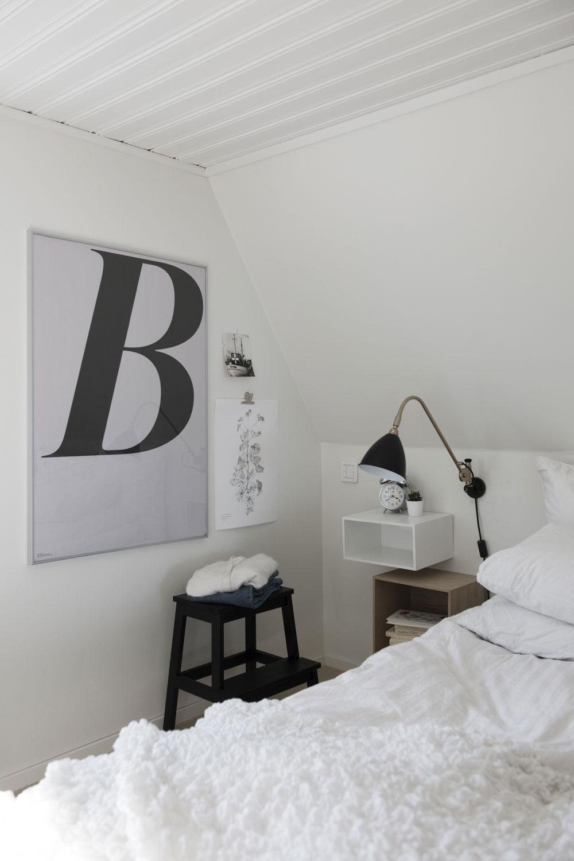 Pall Bekväm från IKEA. Vägglampa Bestlite BL6 från Gubi. Sängbord Mini Stacked från Muuto. Pelargon-postern är Fridas egen design. B–tavla från Playtype.