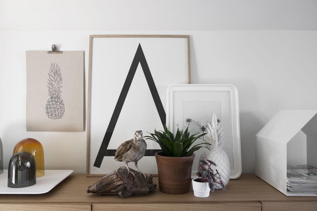 Fridas egna illustrationer, så som den här Ananas-postern, passar fint ihop med de övriga inredningsdetaljerna. På byrån Reflect från Muuto står tidningshuset Magazin från Konstantin Slawinski. Bordslampa Light Tray från Asplund. A-tavla från Zwölf.