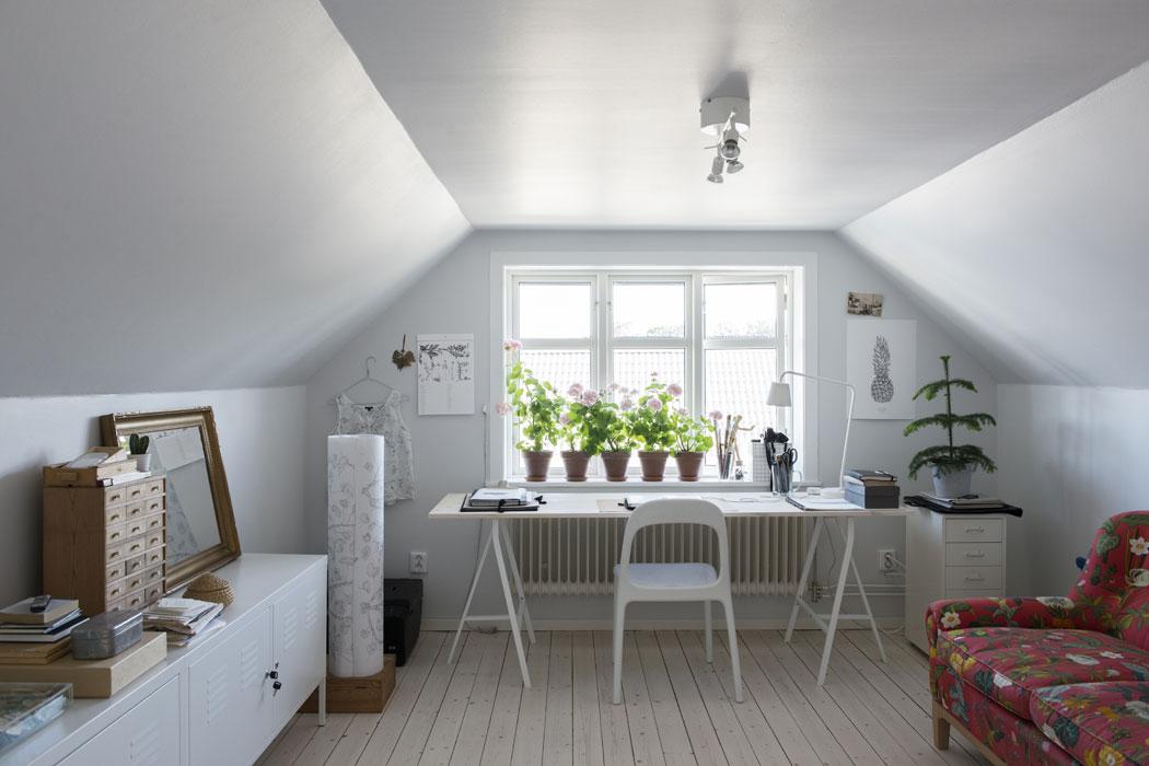 Fridas gamla flickrum är numera hennes arbetsplats där hon sitter och ritar sina illustrationer. Soffan har tillhört Fridas mormor. Lådhurts Helmer från IKEA. Egentillverkat skrivbord med ben Lerberg från IKEA. Stol Urban från IKEA. Byrå PS från IKEA. Skrivbordslampa Tisdag från IKEA. Ananas-postern är Fridas egen design.