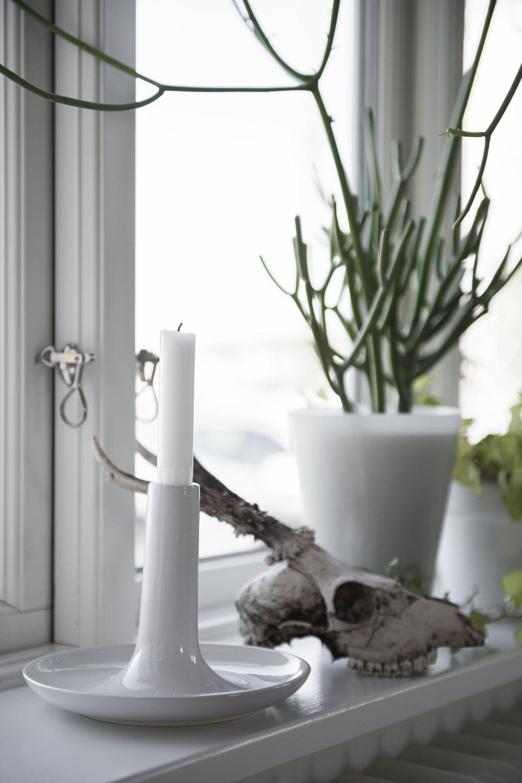 Rådjurshuvudet har Fridas pappa jagat. Ljusstake från IKEA.