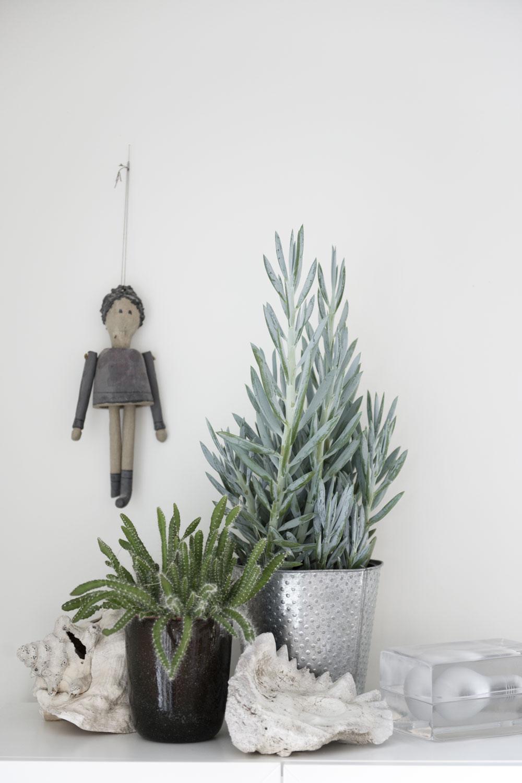 Lampa Block från Design House Stockholm. Porslinsdockan är ett hantverk av en släkting till Frida.